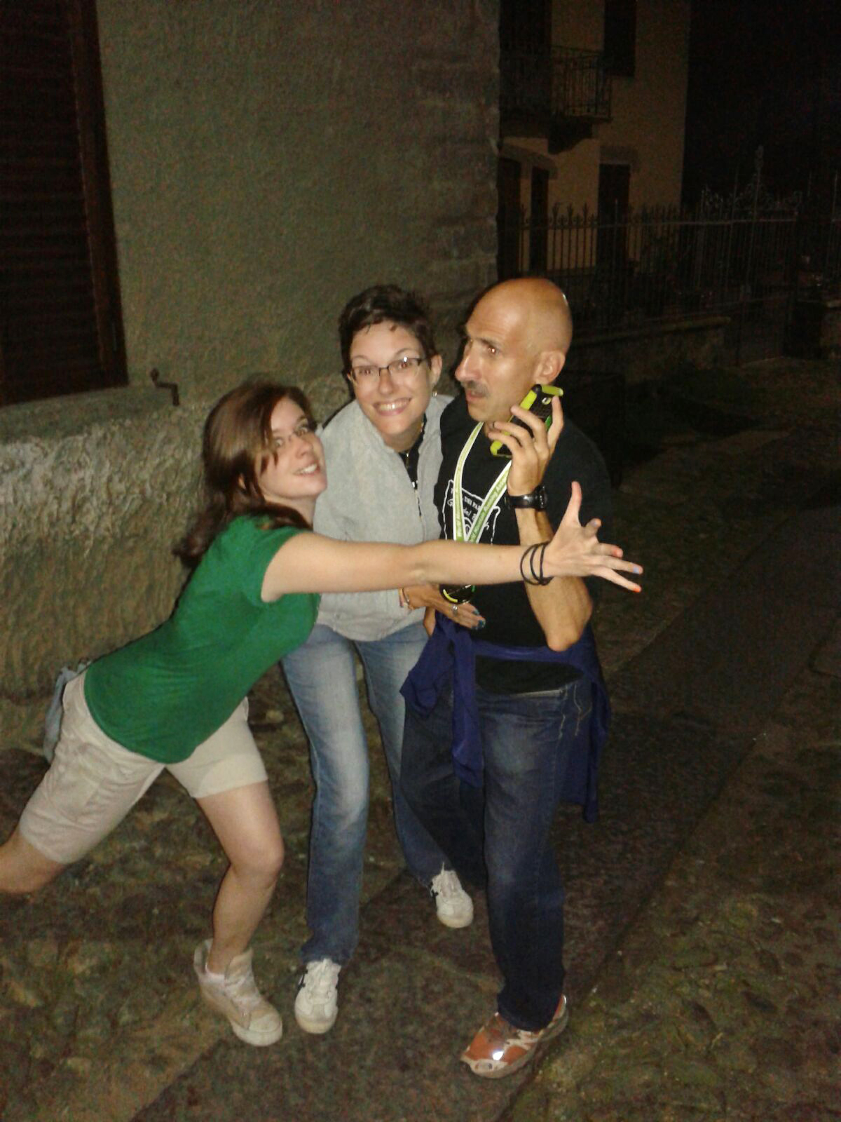 La scrittrice Veronica Rosazza Prin ferma il campione del mondo Silvio Balzaretti dopo la medaglia d'oro di corsa in montagna. Con Marina Martiner testa.